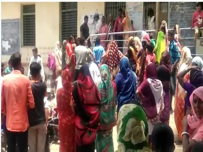 villagers stormed the Gram Panchayat   दुष्काळाच्या झळा ; पाणी मिळत नसल्याने गावकऱ्यांनी ग्रामपंचायत फोडली