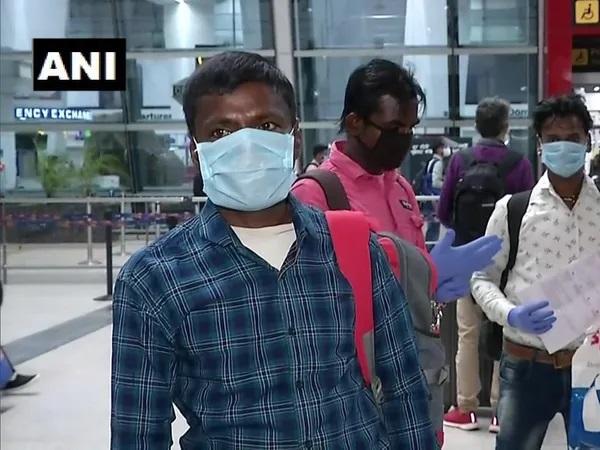 Lockdown Migrant Workers Going Bihar From Delhi Says Never Thought Will Sit In Aeroplane rkp | शेतकऱ्याच्या मनाची श्रीमंती; 10 मजुरांना विमानाने पाठवले घरी!
