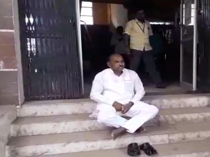 The former MP sat on the steps of the municipality to demand cleanliness in Parabhani   स्वच्छतेच्या मागणीसाठी माजी खासदार बसले मनपाच्या पायऱ्यांवर