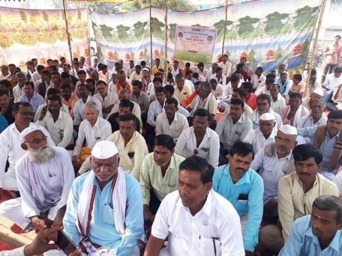Gram Panchayat employees' dharna agitation for pending demands in Parbhani | परभणीत प्रलंबित मागण्यांसाठी ग्रामपंचायत कर्मचाऱ्यांचे धरणे आंदोलन