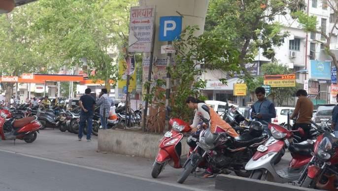 The issue of parking in Jaffarabad | जाफराबाद शहरातील पार्किंगचा प्रश्न ऐरणीवर