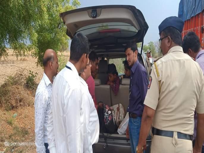 In Pathardi, it caught three lakh rupees | पाथर्डीमध्ये तीन लाखांची रक्कम पकडली