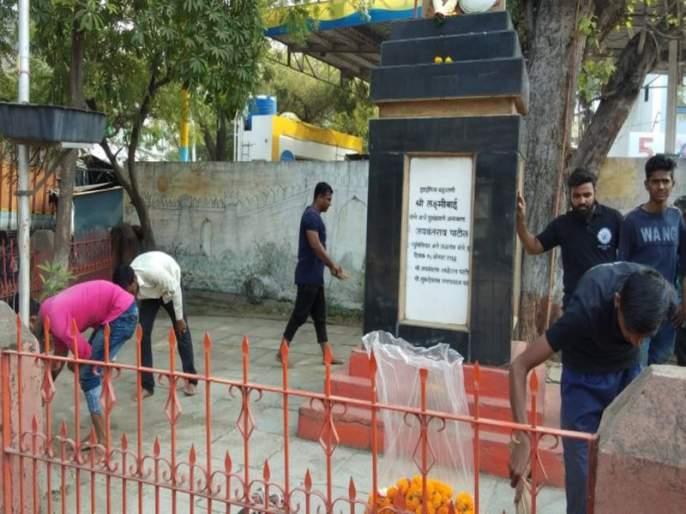 Patriots are being cleansed of monuments   स्मारकांच्या स्वच्छतेने केली जातेय देशभक्ती