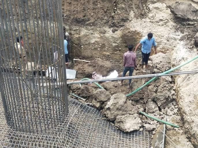 Death of a laborer by being crushed under a mound of soil | मातीच्या ढिगाऱ्याखाली दबून मजुराचा मृत्यू