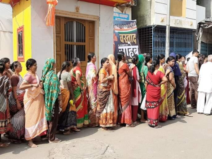 Onion selling on opportunity of Sharad Pawar's birthday in 80 paise per KG | शरद पवारांच्या वाढदिवसानिमित्त कांदे वाटले ८० पैसे किलोने !