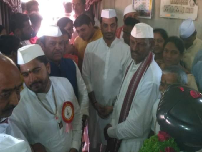 Parth Pawar and Shrirang Barne accidently meet at Dehu | देहूत पार्थ पवार आणि श्रीरंग बारणे आले आमनेसामने, पुढे घडलं असं काही