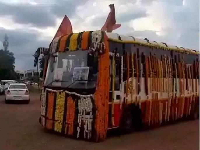 Mauli's palanquin 'ST' enters Pandharpur   माऊलींच्या पालख्या'एसटी'ने पंढरीत दाखल
