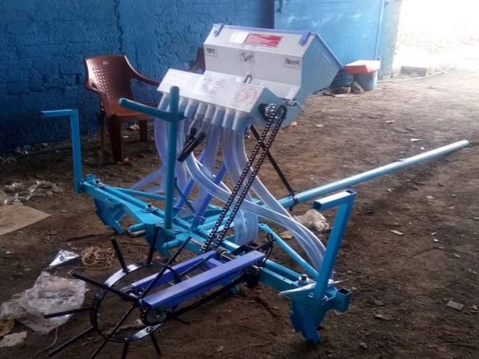 The engineer makes automatic rotarater high on sale;demand increased from other state also   इंजिनीअरने नोकरी सोडून बनवलेल्या स्वयंचलित पेरणीयंत्राचा सर्वत्र बोलबाला; परराज्यांतूनही होतेय मागणी