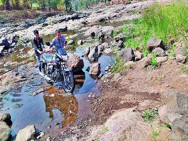 Broken contact of two states due to lack of bridges   पूल नसल्याने दोन राज्यांचा तुटला संपर्क