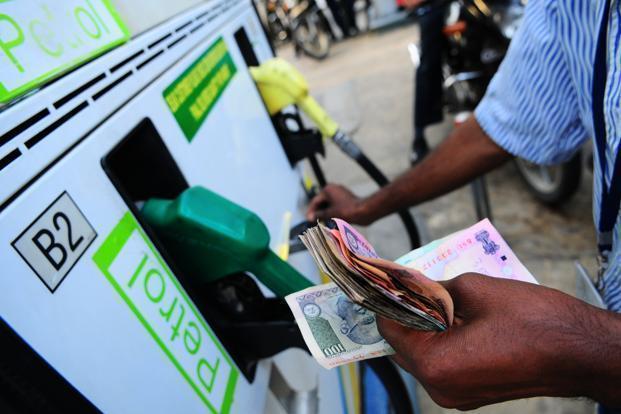 Petrol, diesel prices will increase by 10 dollar because of saudi attack   सौदीच्या तेल कंपनीवरील हल्ल्याचा परिणाम; पेट्रोल, डिझेलच्या किंमती वाढणार