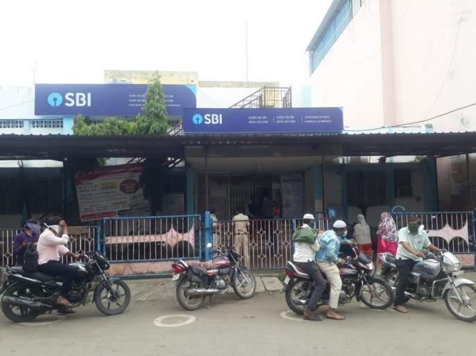 Due to non-payment of loan, the small trader poisoned the bank | कर्ज न दिल्यानं लघुव्यावसायिकाकडून बँकेतच विष पिऊन आत्महत्येचा प्रयत्न
