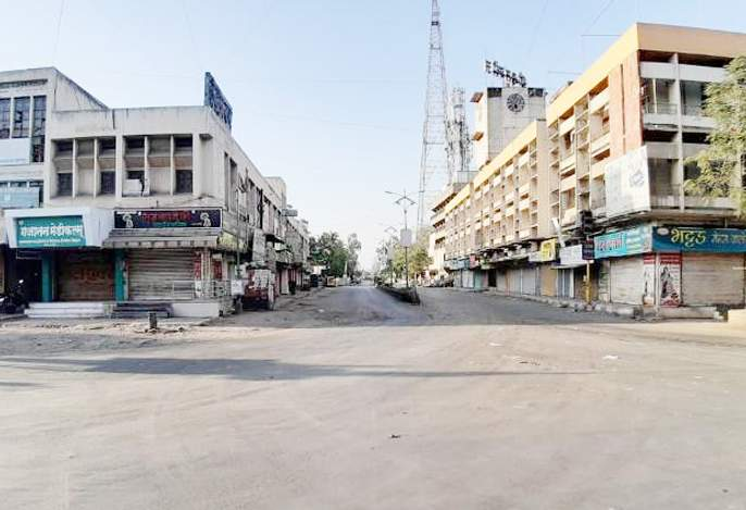 Strict curfew in Pandharpur; There is security of rural police everywhere | पंढरपुरात कडक संचारबंदी; जागोजागी ग्रामीण पोलिसांचा आहे बंदोबस्त
