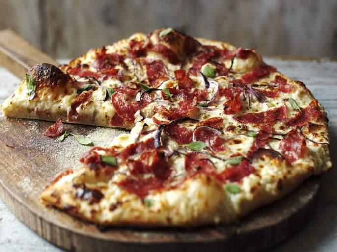 american restaurant offers free pizzas to those who surrender their smartphones while eating | 'या' ठिकाणी खाताना स्मार्टफोन टाळा, मिळेल मोफत पिझ्झा...