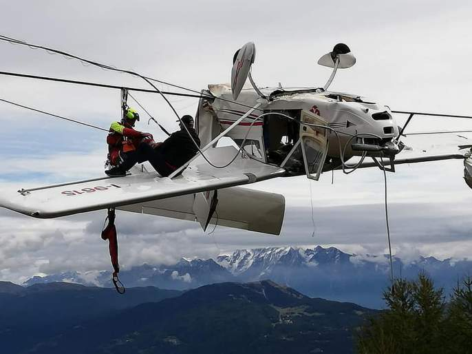 Aeroplane hangs in cable just after taking off what happened next watch video | Video : विमान आकाशातून पडलं अन् तारांमध्ये अडकलं, जाणून घ्या पुढे काय झालं....