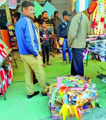 Plastic kite seized over two thousand in Nagpur | नागपुरात दोन हजारांवर प्लास्टिक पतंग जप्त