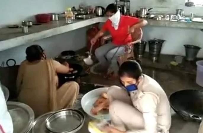 coronavirus: On duty for poor ... Women staff cooked at police station in raibareli | coronavirus: ऑन ड्युटी गरिबांसाठी.... पोलीस ठाण्यातच महिला कर्मचारी शिजवतायंत अन्न
