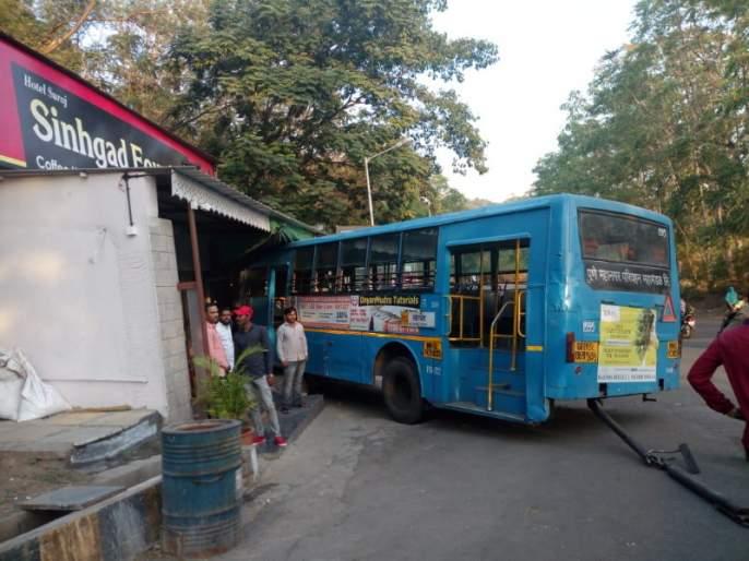 PMP bus enters directly at the hotel ...after Break failed   पुन्हा एकदा रडगाणं.. ! ब्रेक झालं निकामी..पीएमपी बस घुसली थेट हॉटेलात...