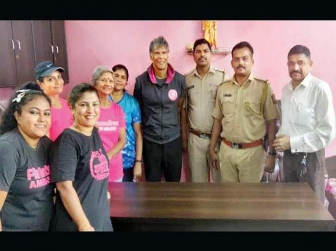 In the front of Milind Soman girl's mobile robbed; Arrested by Police | मिलिंद सोमणच्या देखतच मुलीचा मोबाईल हिसकावला; पोलिसांनी केली अटक