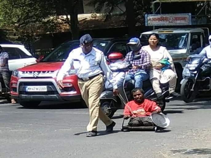 Police help Divyang   दगडात अडकलेल्या दिव्यांगाला पोलिसाने केली मदत, सहायक फौजदार जयवंत गुरव यांचे कौतुक