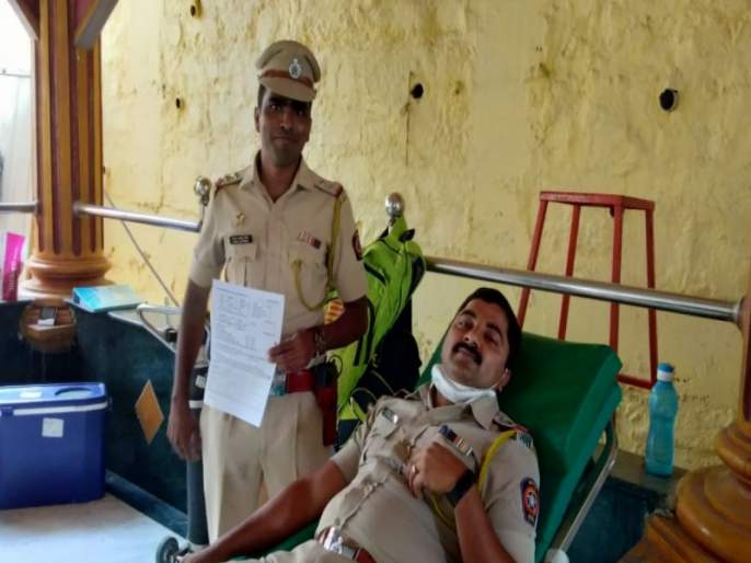 He did not attend the funeral While on duty, The police officer paid tribute by donating blood   ड्युटीवर असल्यामुळे अंत्यविधीला जाता आले नाही ; रक्तदान करून पोलिसाने वाहिली श्रद्धांजली
