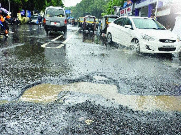 Road traffic in Mumbai due to potholes | मुंबईत खड्ड्यांमुळे रस्ते वाहतुकीचा खोळंबा