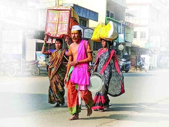potraj comes in Kamshet; From Karnataka with family, enter since 25 years | कामशेतमध्ये पोतराजांची पडली पालं; कर्नाटकातून कुटुंबासह दाखल, २५ वर्षांपासूनचा शिरस्ता