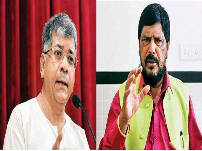 Athawale or Prakash Ambedkar; whose flag is flagged by Dalit youth ? | दलित युवकांच्या हाती झेंडा कोणाचा, आठवलेंचा की प्रकाश आंबेडकरांचा ?