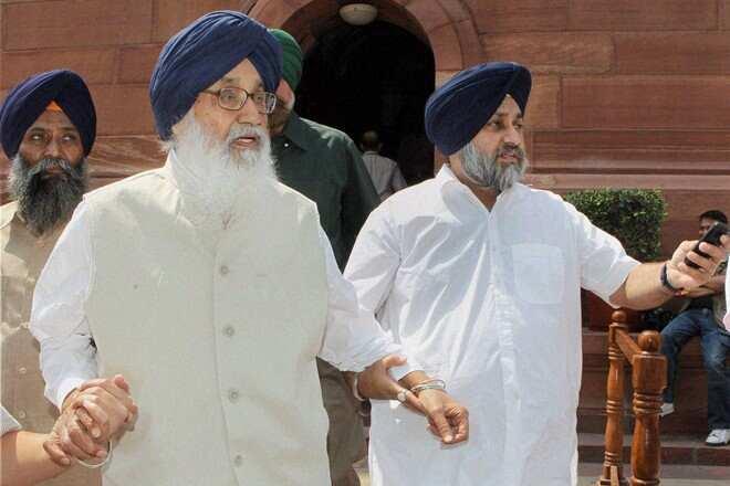 Politics ignited by agricultural laws, Padma Vibhushan returned to Prakash Singh Badal | कृषी कायद्यांवरून पेटले राजकारण, प्रकाश सिंग बादल यांना परत केला 'पद्मविभूषण'