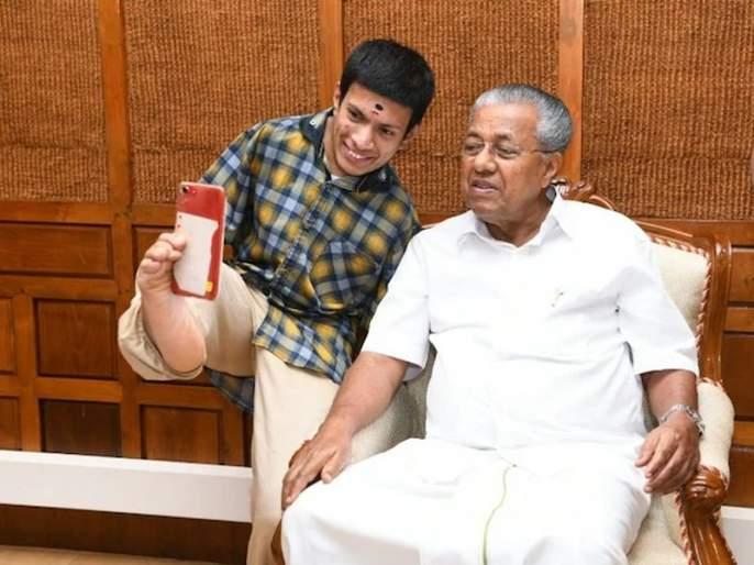 Differently Abled Kerala Artist Wins Pinarayi Vijayan's Heart After Donating to Relief Fund | दिव्यांग कलाकाराचा मुख्यमंत्र्यांसोबत सेल्फी, सोशल मीडियात व्हायरल