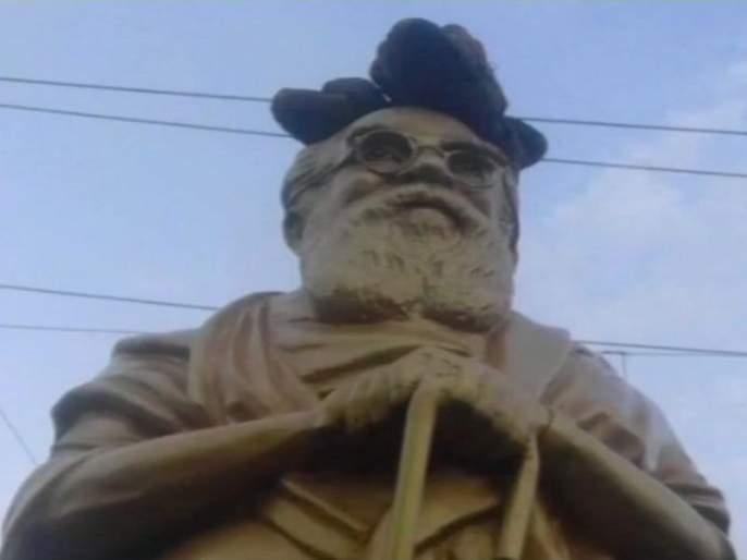 statue of Periyar was found to be vandalised Put slippers on their heads | पेरियार यांच्या पुतळ्याची विटंबना; डोक्यावर चप्पल ठेवले