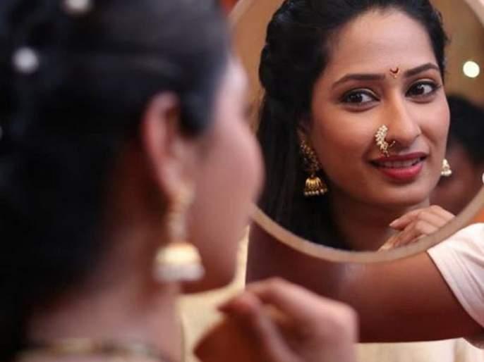 Priya Marathe again turns to theater | प्रिया मराठे पुन्हा वळली रंगभूमीकडे