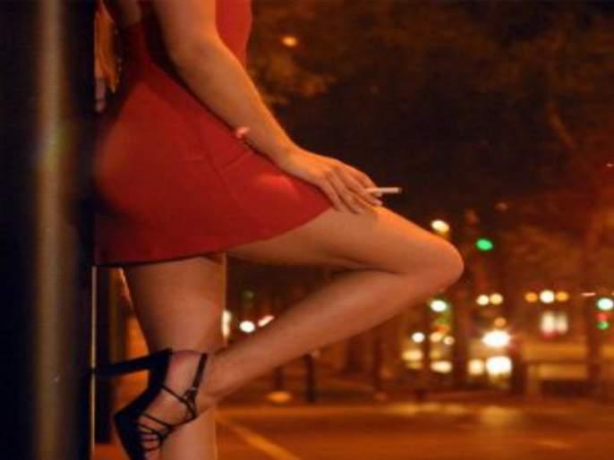 Police become bogus customer; Young woman rescued from prostitution | पोलीस बोगस गिऱ्हाईक बनले;वेश्याव्यवसायास आणलेल्यातरुणीची केलीसुटका