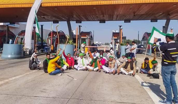 Farmers are aggressive, they are holding on to the border, roads are jammed! | शेतकरी आक्रमक, सीमेवरच धरणे, रस्ते जाम!