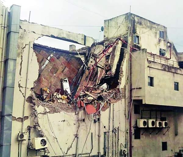 Pokelen broke the old part of the Poonam Inox Mall | पोकलेनने पूनम आयनॉक्स मॉलचा जीर्ण भाग तोडला