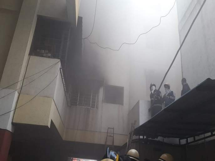 massive fire breaks out in shaniwar peth pune   शनिवार पेठेतील इमारतीला भीषण आग, 26 नागरिकांची सुटका