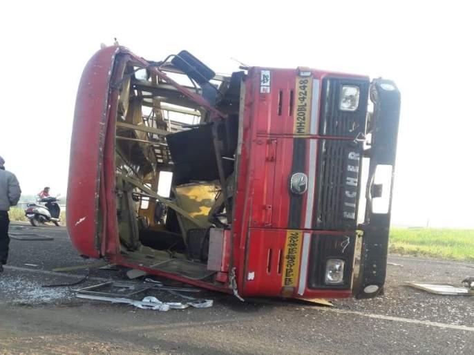 Four passengers injured in Peth-Pune bus accident | पेठ-पुणे बस पलटी झाल्याने चार प्रवासी जखमी