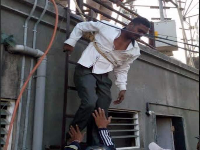 Pune: Fire brigade jawans rescued youth from Natesh tower after hours of attempt   पुणे : नशेत टॉवरवर चढलेल्या तरुणाची सुटका, अग्निशामक दलाच्या जवानांनी तासभराच्या प्रयत्नानंतर केली सुटका