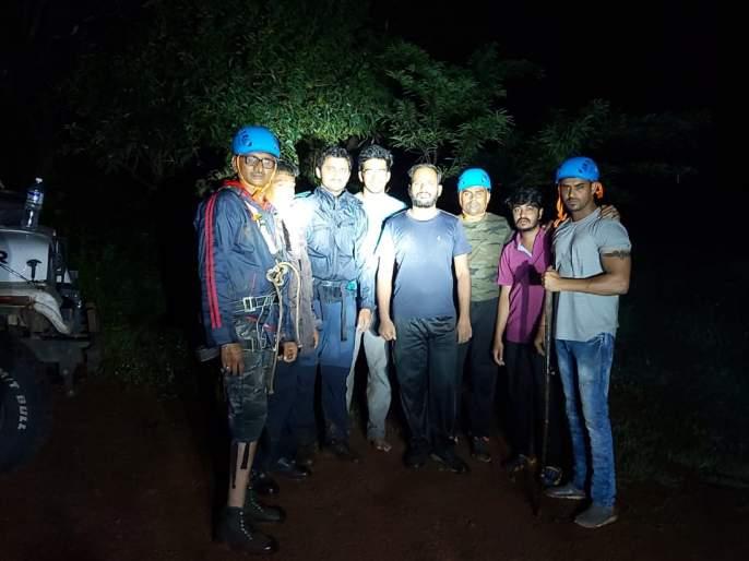 Trekkers in Pune collide with thickets   पुण्यातील ट्रेकर्स ठोसेघर धबधब्यात अडकले