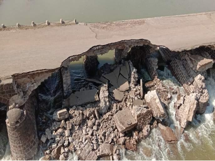 Nizam's era bridge over the Purna river collapses on Jalana- jalagaon road | पूर्णा नदीवरील निझामकालीन पूल कोसळला