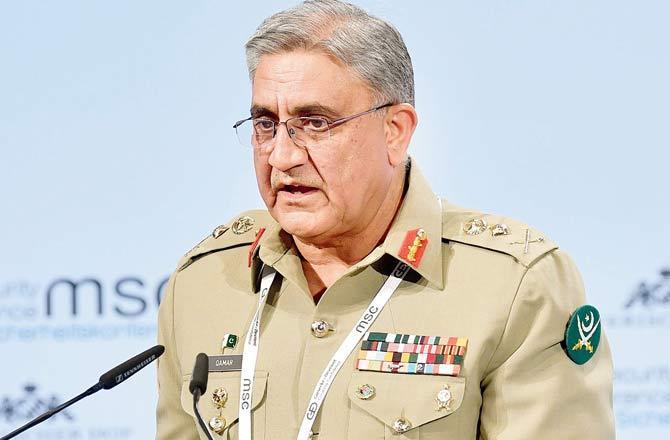 Pakistan Army Chief General Qamar Javed Bajwa Tenure Extended For Another 3 Years | पाकिस्तान बिथरलं! भारताशी तणावाच्या पार्श्वभूमीवर लष्करप्रमुखाचा कार्यकाळ वाढविला