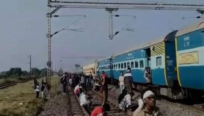 Cracks on Nagpur-Mumbai Railway track ; Traffic affected two hours | नागपूर-मुंबई रेल्वेमार्गाला तडे; वाहतूक दोन तास प्रभावित