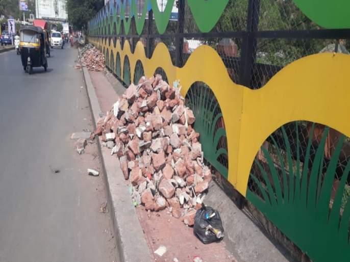 extra materials put on Rajaram bridge in Pune; No location for officers | पुण्यातील राजाराम पुलावर टाकला राडारोडा; अधिकाऱ्यांना नाही ठावठिकाणा