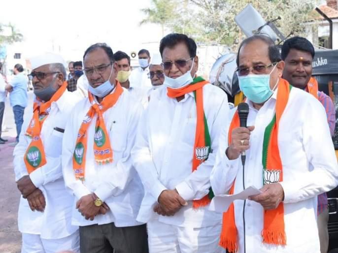 Radhakrishna Vikhe's criticism of the struggle for positions only in the three-party government | तीन पक्षाच्या सरकारात फक्त पदांसाठी संघर्ष, राधाकृष्ण विखे यांची टीका