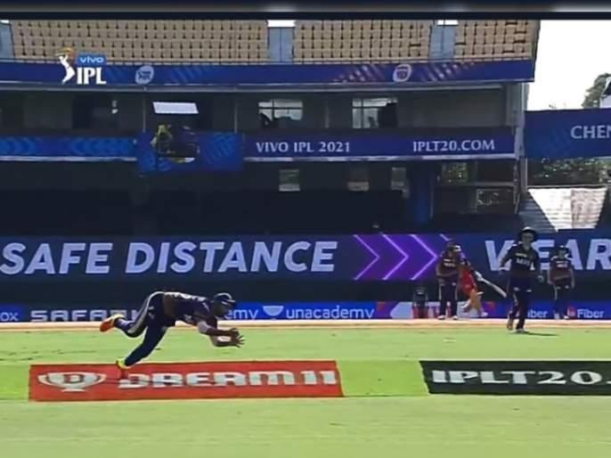 IPL 2021, RCB vs KKR T20 Live : Brilliant running outfield catch by Rahul Tripathi. Goodbye Virat Kohli for 5, Video | IPL 2021, RCB vs KKR T20 Live : वरुण चक्रवर्थीनं RCBचा कर्णधार विराट कोहलीला 'मामू' बनवलं, राहुल त्रिपाठीनं अफलातून झेल टिपला, Video
