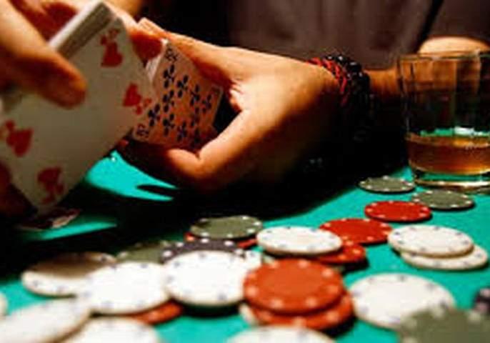 Special squad raids on gambling in Malegaon bazar of Telhara taluka   माळेगाव बाजारातील जुगारावर विशेष पथकाचा छापा