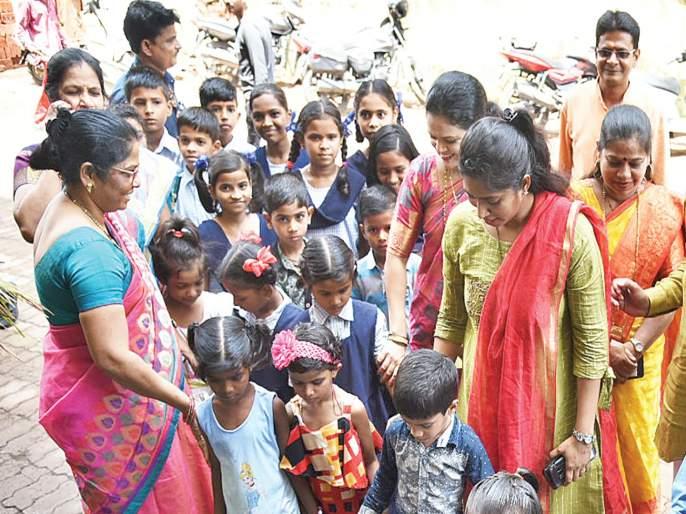 The school grows after one and a half month's holiday | दीड महिन्याच्या सुट्टीनंतर शाळा गजबजल्या