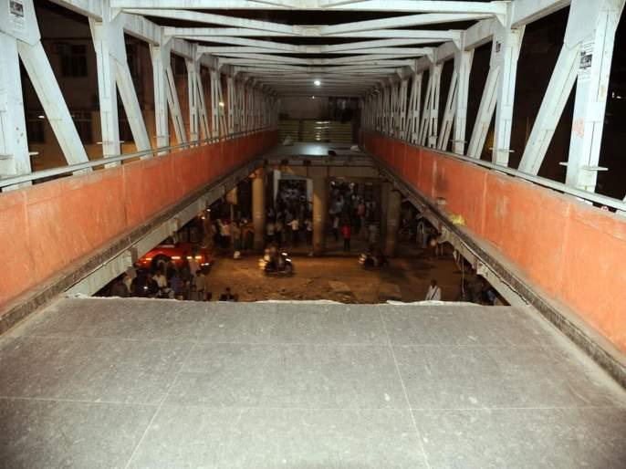 Mumbai CST Bridge Collapse same bridge has used by terrorist Kasab | Mumbai CST Bridge Collapse 'याच' पुलावरून उतरला होता क्रूरकर्मा कसाब