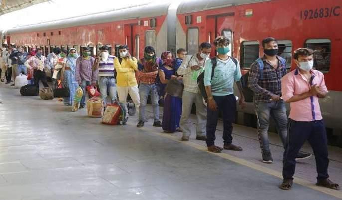 The trains were full despite the Corona outbreak | कोरोनाचा प्रकोप असतानाही रेल्वेगाड्या फुल्ल