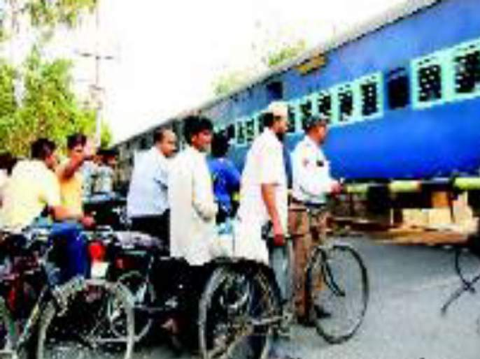Railway gate break in Hadapsar; trafic jaam for two kilomeeters | हडपसरमध्ये तुटले रेल्वे फाटक ; दोन किलोमीटरवर वाहनांच्या रांगा
