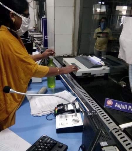 Reservation form at Nagpur railway station, money disinfection machine | नागपूर रेल्वेस्थानकावर आरक्षण फॉर्म, पैसे निर्जंतुक करणार मशिन